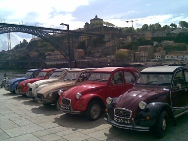 He came to mind as soon as I reached the river, as there was some kind of meeting of fans of the `citroën 2CV`_ and everybody knows old bebu is fan number 1!